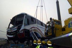 Luxury Commercial Bus dive Into River In Lagos, 3 Dead.